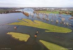 Hoog water in de IJssel bij Deventer. Luchtfoto gemaakt met een camera drone (Phantom).