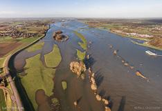 Hoog water in de IJssel. Luchtfoto gemaakt met een camera drone (Phantom).