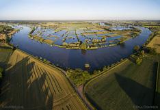 Hoog water in de zomer in de rivier de IJssel, tegenover Ravenswaarden tussen Zutphen en Deventer. Luchtfoto gemaakt met een camera drone (Phantom).