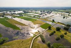 Hoog water in de zomer in de rivier de IJssel, bij Ravenswaarden tussen Zutphen en Deventer. Luchtfoto gemaakt met een camera drone (Phantom).