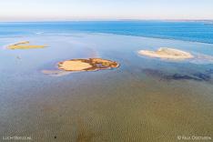 Luchtfoto van de kleine eilandjes voor de Kabbelaarsbank oost in de Grevelingen (Grevelingenmeer). Gemaakt met een camera drone door Paul Oostveen.