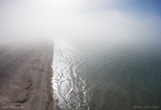 Mist boven het strand aan de Noordzee kust in Zeeland. Luchtfoto gemaakt met een camera drone (Phantom).