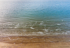 Branding aan de Noordzee kust in Zeeland. Luchtfoto gemaakt met een camera drone (Phantom).