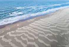 Zandlijnen op het strand van Texel na een dag met veel wind. Luchtfoto gemaakt met een camera drone door Paul Oostveen.