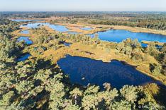 Luchtfoto van de Kampina met de Huisvennen, Kogelvangersven en Duikersven, gemaakt met een drone.