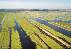 Luchtfoto van Oostzanerveld, een veenweidegebied tussen Oostzaan en Zaandam.