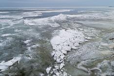 Kruiend ijs in het Markermeer, gefotografeerd vanuit de lucht met een drone.