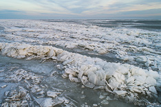 Kruiend ijs in het Markermeer, gefotografeerd met een drone.